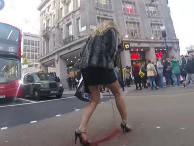 金髮女郎過馬路突然「那個來」,血灑街頭看見人情冷暖