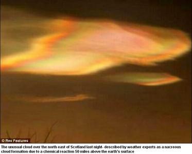 變形UFO穿梭雲霧中? 英高空驚見「彩虹飛碟」