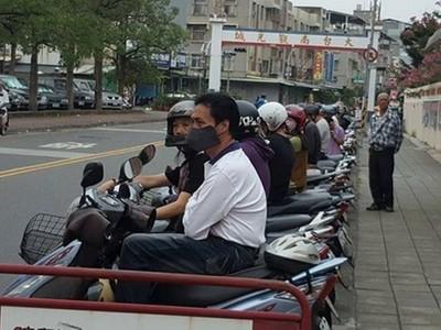坐上來就衝啊!新興國中外「機車排排站」 龍頭一致全朝外