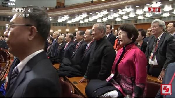 ▲32退將赴陸不只聽習演說?網友扶額:還起立唱中共國歌(圖/翻攝自「CCTV中文国际」Youtube)