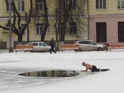 狗狗受困零下碎冰湖畔力氣用盡 俄羅斯勇者脫衣拎牠上岸