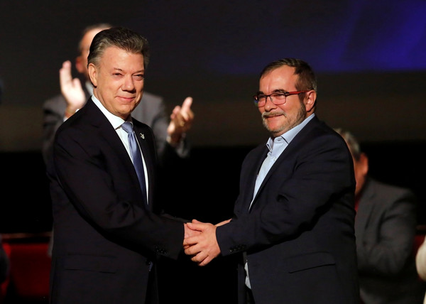 哥國總統桑托斯(Juan Manuel Santos)24日與反政府軍「哥倫比亞革命武裝力量(FARC)」在首都波哥大重新簽署和平協議。(圖/路透社)