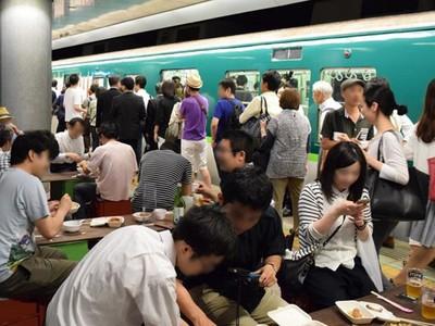 大阪人就是狂!火車月台開酒館,擠到人掉下去也沒差