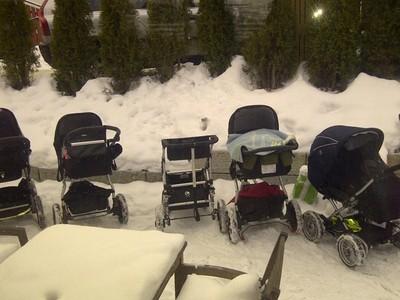 下雪成排嬰兒晾街上 冰島爸媽:睡室內很奇怪啊