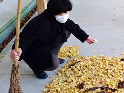 日本神人美術老師,掃個地變出「落葉維尼熊」