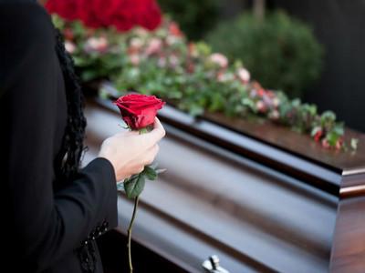 替亡兒冥婚,入葬到一半「鬼妻」突然狂拍棺木