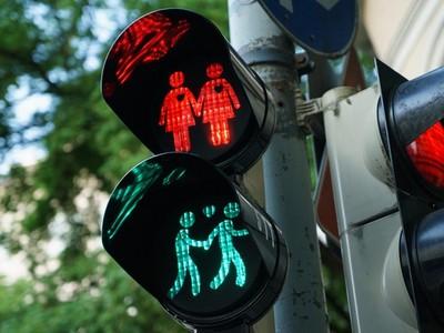 倫敦街頭出現「同志小綠人」 好可愛但怎麼過馬路><