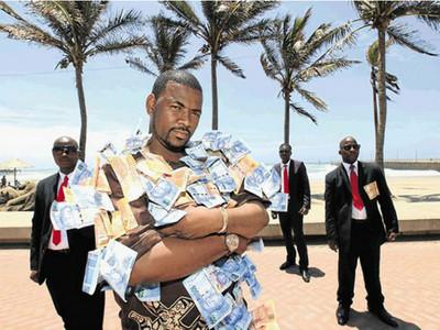 數十萬「真鈔衣」穿上身!南非土豪:感謝人們送錢給我