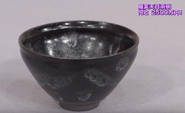 東京電視臺的鑒定節目《開運鑒定團》中,再度發現一只黑底釉色中散發出銀色耀斑的「曜變天目茶碗」。(圖/翻攝自YouTube)