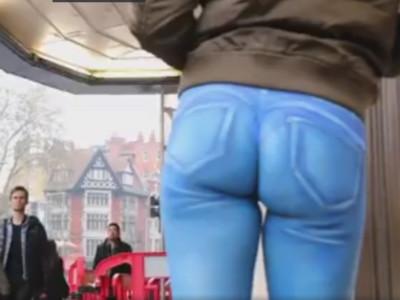 正妹彩繪「超‧緊繃」褲逛大街,路人被騙只有賓士男開窗看翻了