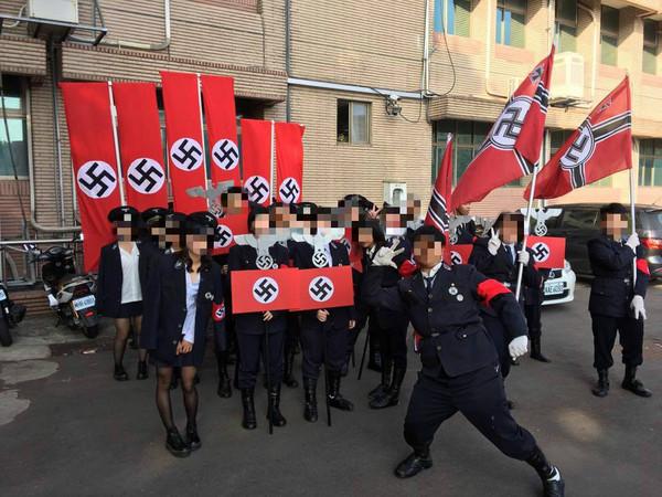 ▲整班裝扮成納粹德國黨衛軍。(圖/翻攝自台灣人在歐洲,下同)