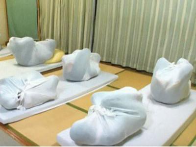 日本「成人包裹療法」將人變蛹,重獲子宮內舒適感