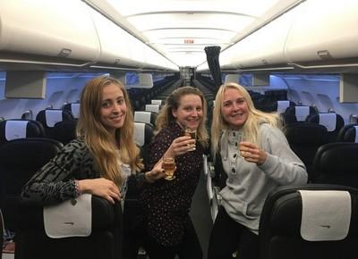 航班延誤!3女意外「包機」 升等商務艙爽喝香檳