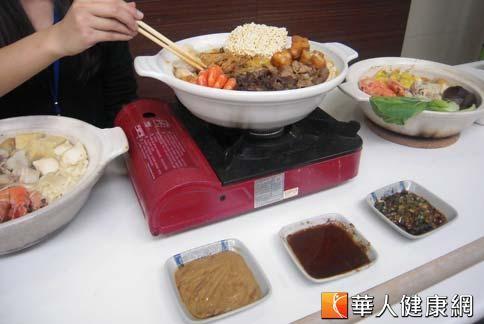 火鍋醬料也是熱量和鈉量超標的重要關鍵,營養師建議最好以可利用蔥、薑、蒜、檸檬汁、蘿蔔泥或自製蕃茄泥,頂多加一點醬油,熱量與含鈉量都會大幅降低。(圖/華人健康網提供)