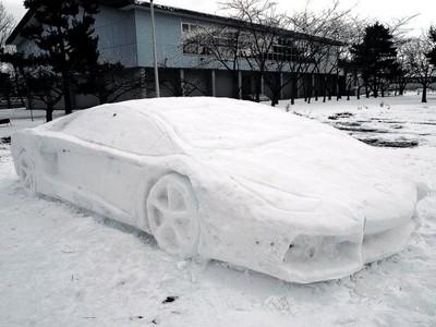 日男大生堆「雪製藍寶堅尼」,奮戰20小時…可是天氣放晴了