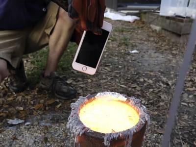 把iPhone扔進「熔融鋁」裡…小方盒瞬間燒成一張鋁箔紙