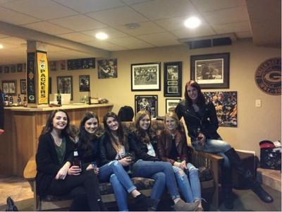 照片中六個女人到底有幾雙腿? 「消失的下半身」引爆討論