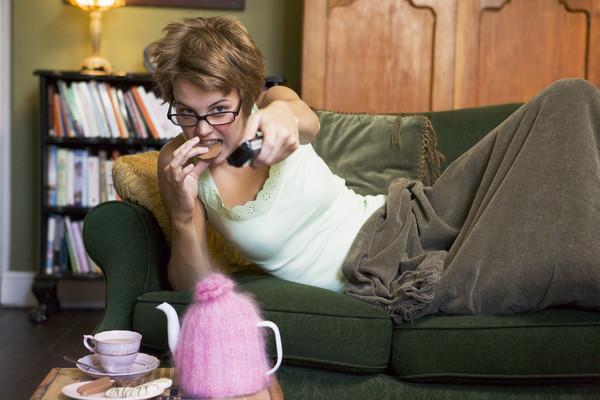 ▲看電視,吃飯,懶惰,好吃懶做,休閒,宅。(圖/達志/示意圖)