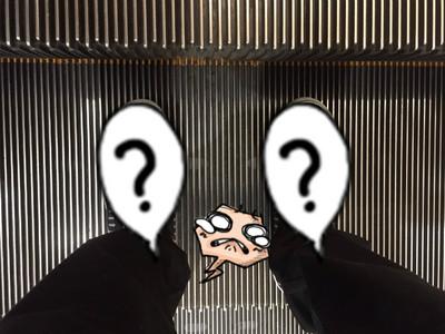 今天高高興興穿新鞋出門,卻和電扶梯撞衫!藍瘦..香菇..