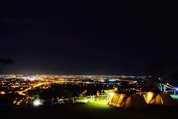 在星河中入眠!精選台灣8大「擁有百萬夜景的露營地」