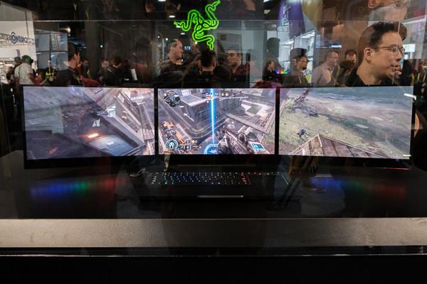 內建三個螢幕的Razer概念電競筆電Project Valerie動眼看。(圖/翻攝自官網)