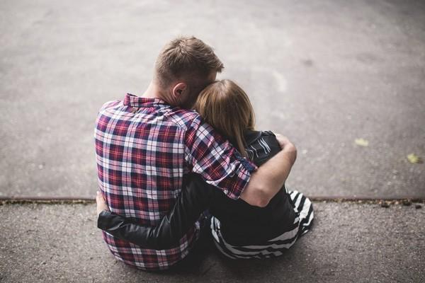情侶,擁抱,兩性,交往。(圖/取自librestock網站)