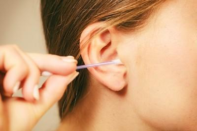 棉花棒清耳內小蟲 只剩半截還在動