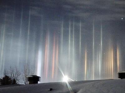 加拿大夜空「七彩聖光柱」雲中射出 那瞬間比極光還美