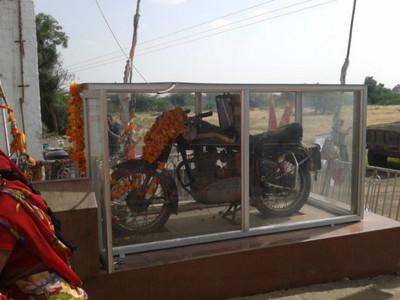 印度「通靈機車」車主喪命後發生離奇事 10萬信徒搶著參拜