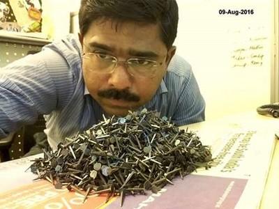 每次經過都爆胎!無良車行灑鐵釘,印度男五年來撿回70公斤