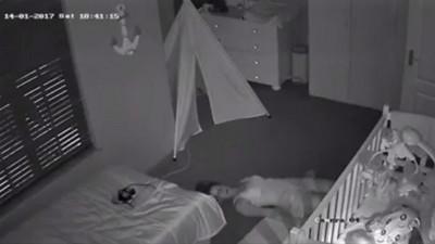 怕熟睡寶吵醒!媽媽不敢起身,笨拙滑離房間 惹哭13萬網友