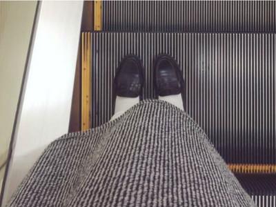 虧慘!新買一雙超帥文青鞋,卻糗和背景撞衫