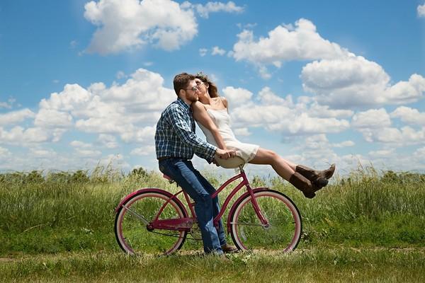 情侶,兩性,騎腳踏車,戀愛,愛情(圖/取自LibreStock網路)