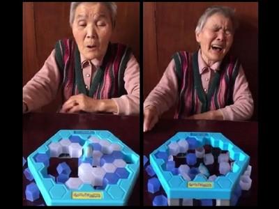 孫女揪奶奶玩「碎冰遊戲」 奶奶QQ「你把這邊都敲光了啦」