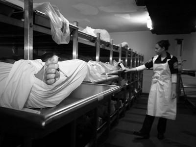 法醫分享最難忘驗屍經驗 「他在浴缸裡溶解,像一鍋燉肉」