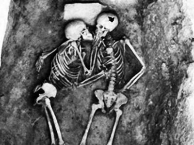出土就放閃光!戀人骸骨一吻長達2800年 學者:她為愛陪葬