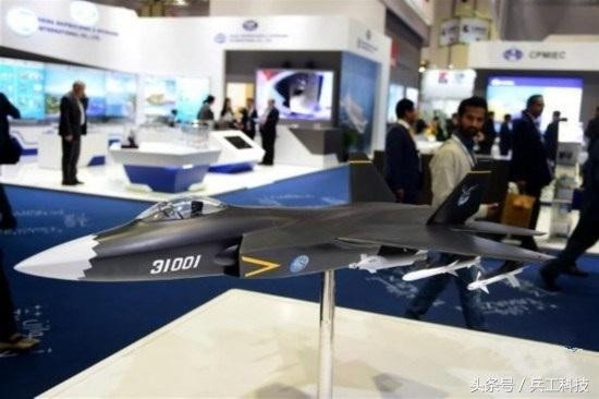 在第13屆阿布達比國際防務展亮相的殲-31模型,外媒估計該機售價僅是美國F-35的一半。(圖/翻攝自兵工科技 微信公眾號)