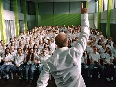 原來放棄自由這麼容易..美國教師實驗5天,全班洗腦變納粹