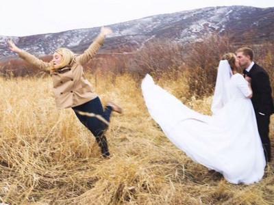 邊緣加三級!單身狗當婚攝助理,拉完裙擺還要「飛身消失」