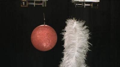 羽毛鉛球誰先落地?新發現「真空也有摩擦力」推翻400年伽利略論點