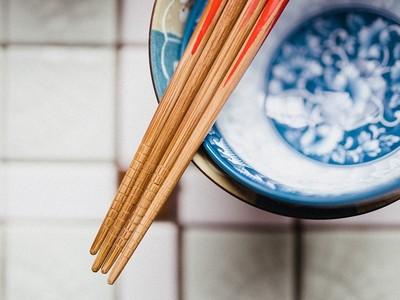 筷子禁忌多,不只不能插在飯上,連交叉放也不行?!