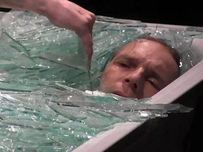 裸身泡「碎玻璃浴」一小時,肉身犧牲藝術家,重現自由的代價