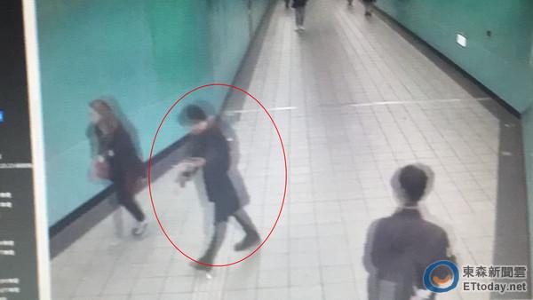 小模命案,程宇犯案後,被監視器拍下出現在後山埤捷運站內,將死者的包包丟在男廁。(圖/記者楊佩琪翻攝)