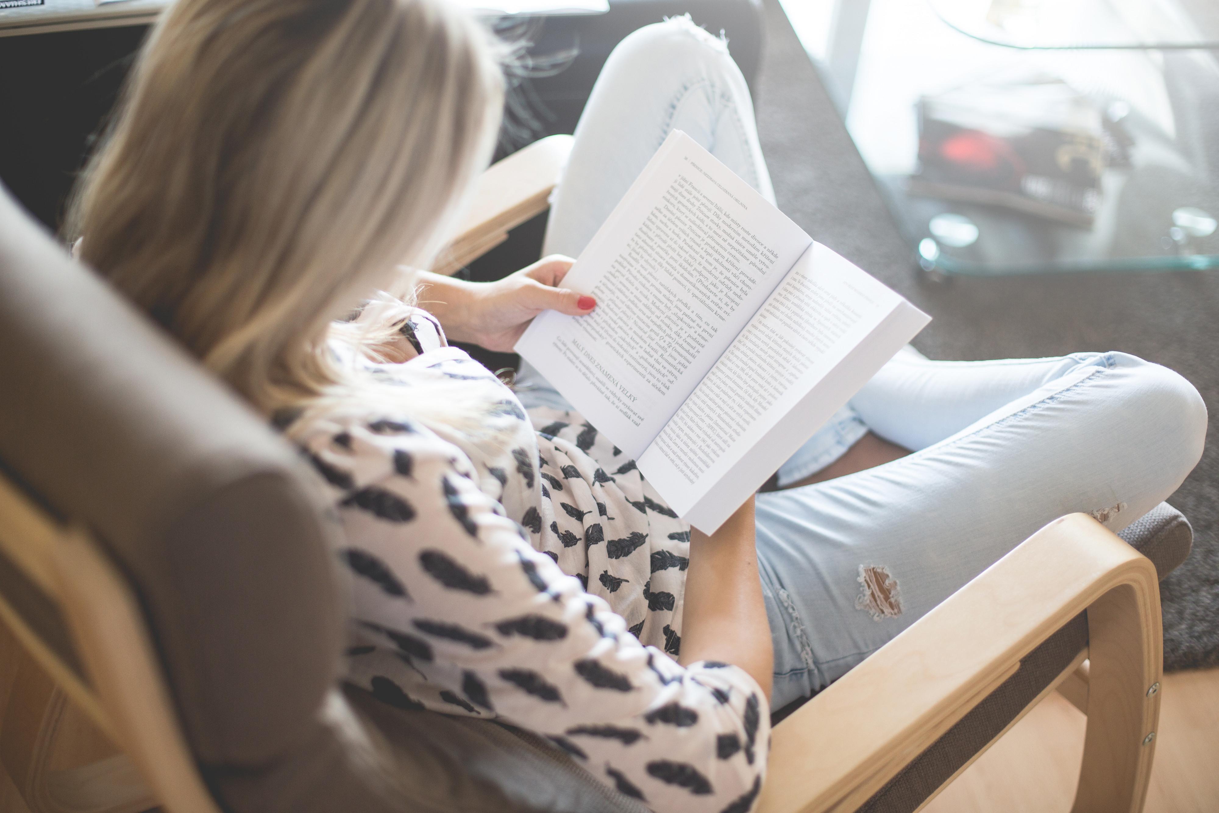 拉筋,閱讀,女人,放空,日記。(圖/取自LibreStock網站)