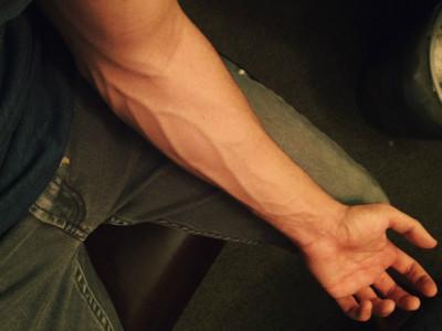 就是Man!男秀「手臂青筋」收服女友 護理師:對血管興奮幹嘛?