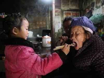 媽媽拋棄全家爸爸又入獄..5歲小女孩日夜照顧祖母曾祖母