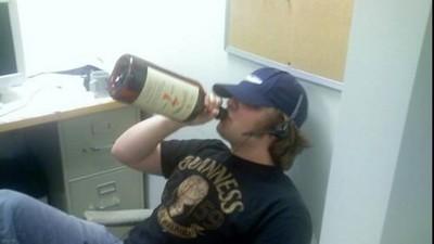 上班喝掛沒事兒!哥國保障勞工「耍ㄎ一ㄤ」酗酒不妨礙工作