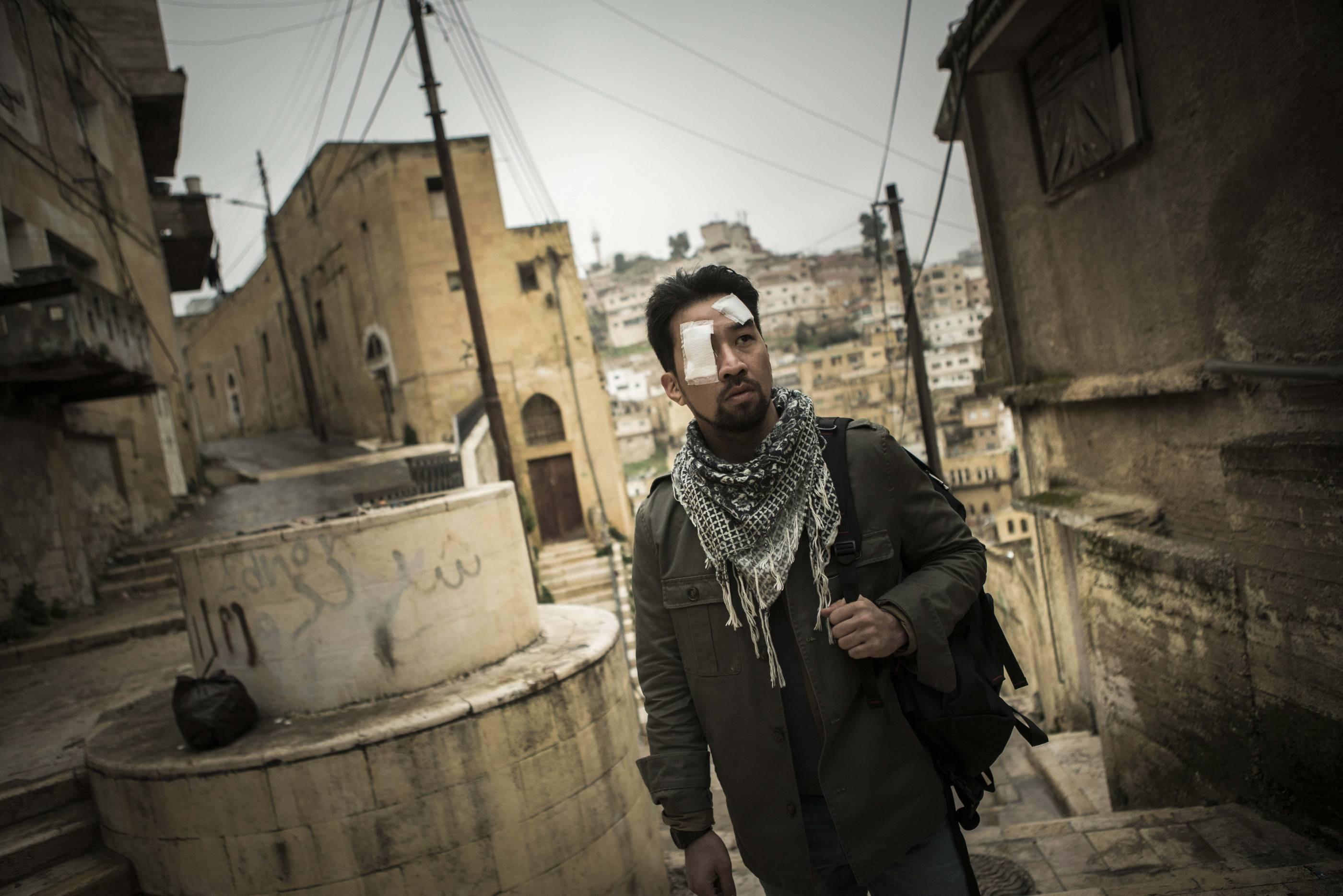 公視「麻醉風暴2」飾演主角「蕭政勳」醫師的黃健瑋(右)遠赴約旦拍攝戰地醫師工作與生活(圖/公視提供)
