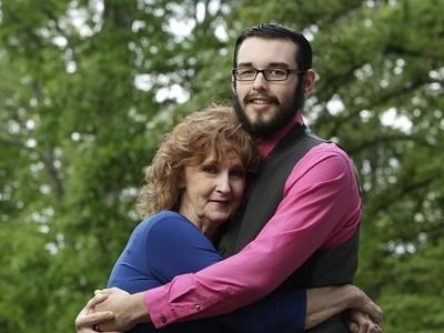 17歲帥男娶71歲阿嬤!「4倍年齡差」結婚:我們很幸福
