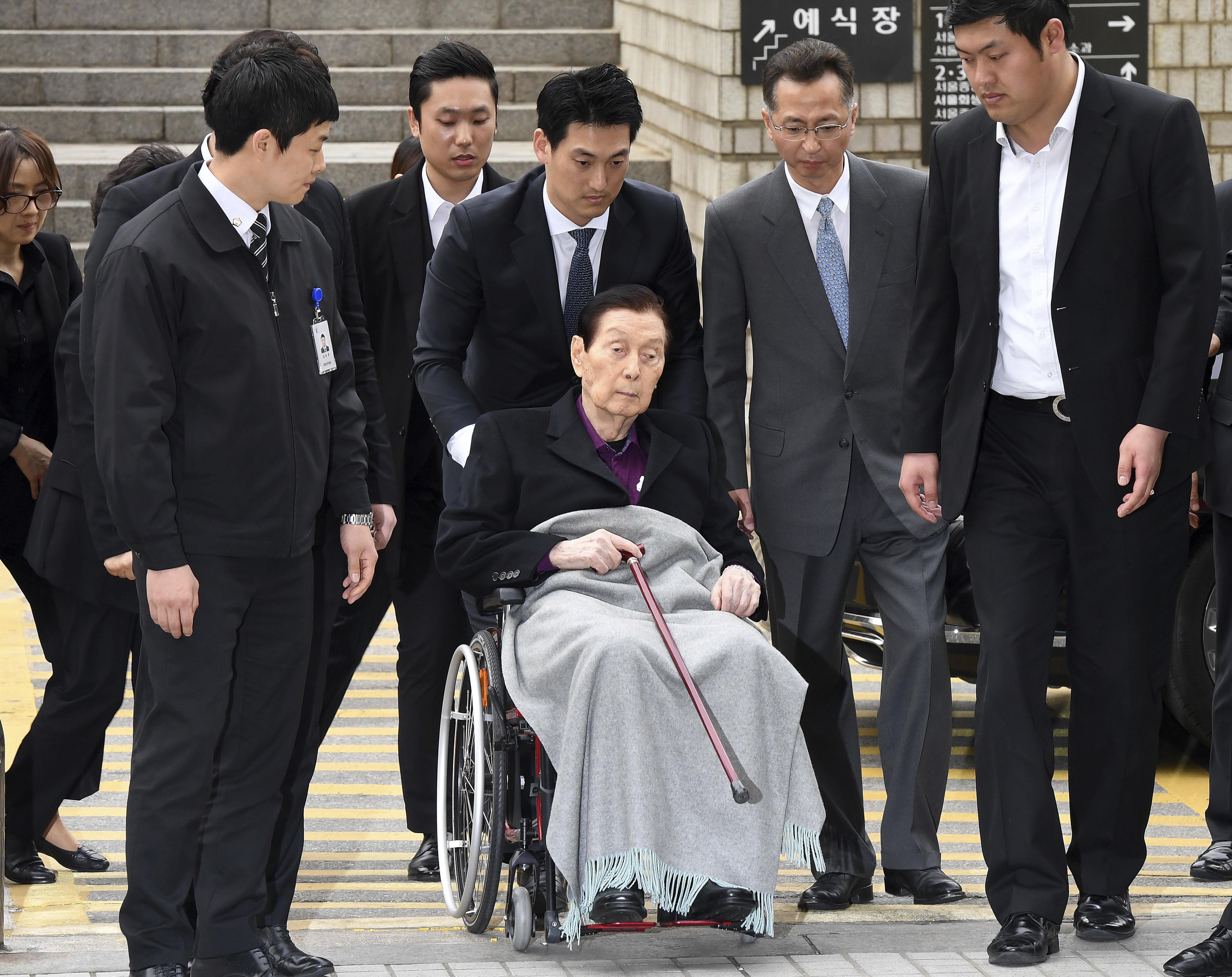 高齡94歲的樂天創辦人辛格浩周一坐著輪椅名出庭受審。(圖/達志影像/美聯社)